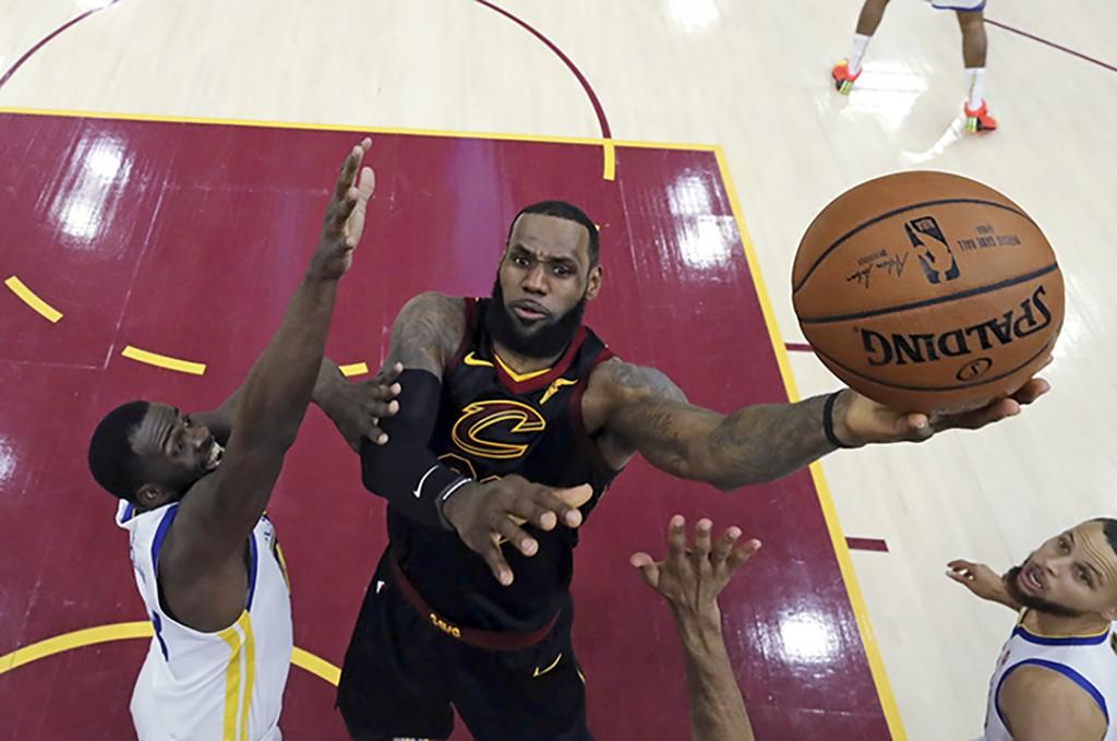 LeBron James still hasn't met with Lakers coach Luke Walton, report says